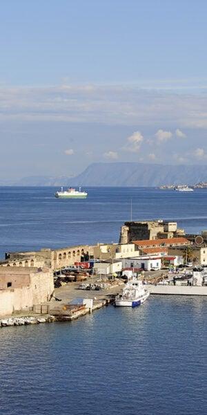 Vista dello stretto e del porto di Messina
