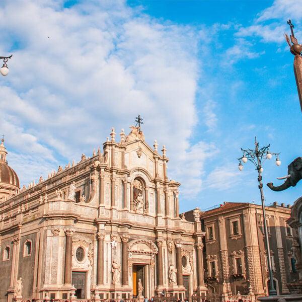 Vista della statua dell'elefante e della Cattedrale di Catania in piazza Duomo