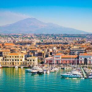 La città di Catania vista dal porto con l'Etna sullo sfondo