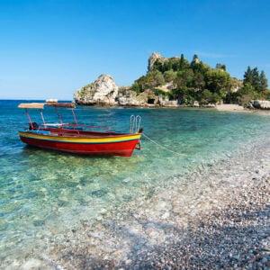 Barca ormeggiata sul lungomare di Isola Bella