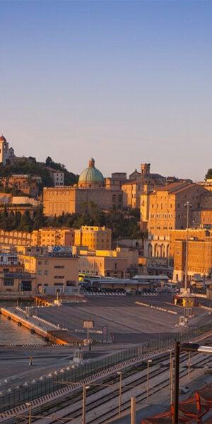 Vista del porto e della città di Ancona