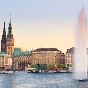 il municipio di Amburgo visto dal lago di Alster